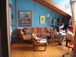 Blick in die Kölner Atelierwohnung von Eva Thomkins mit Enkelsohn